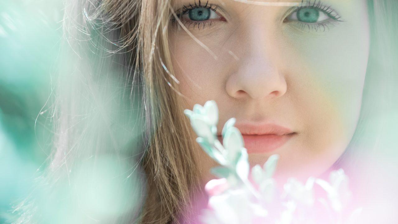 繊細そうな女性の顔 白い花