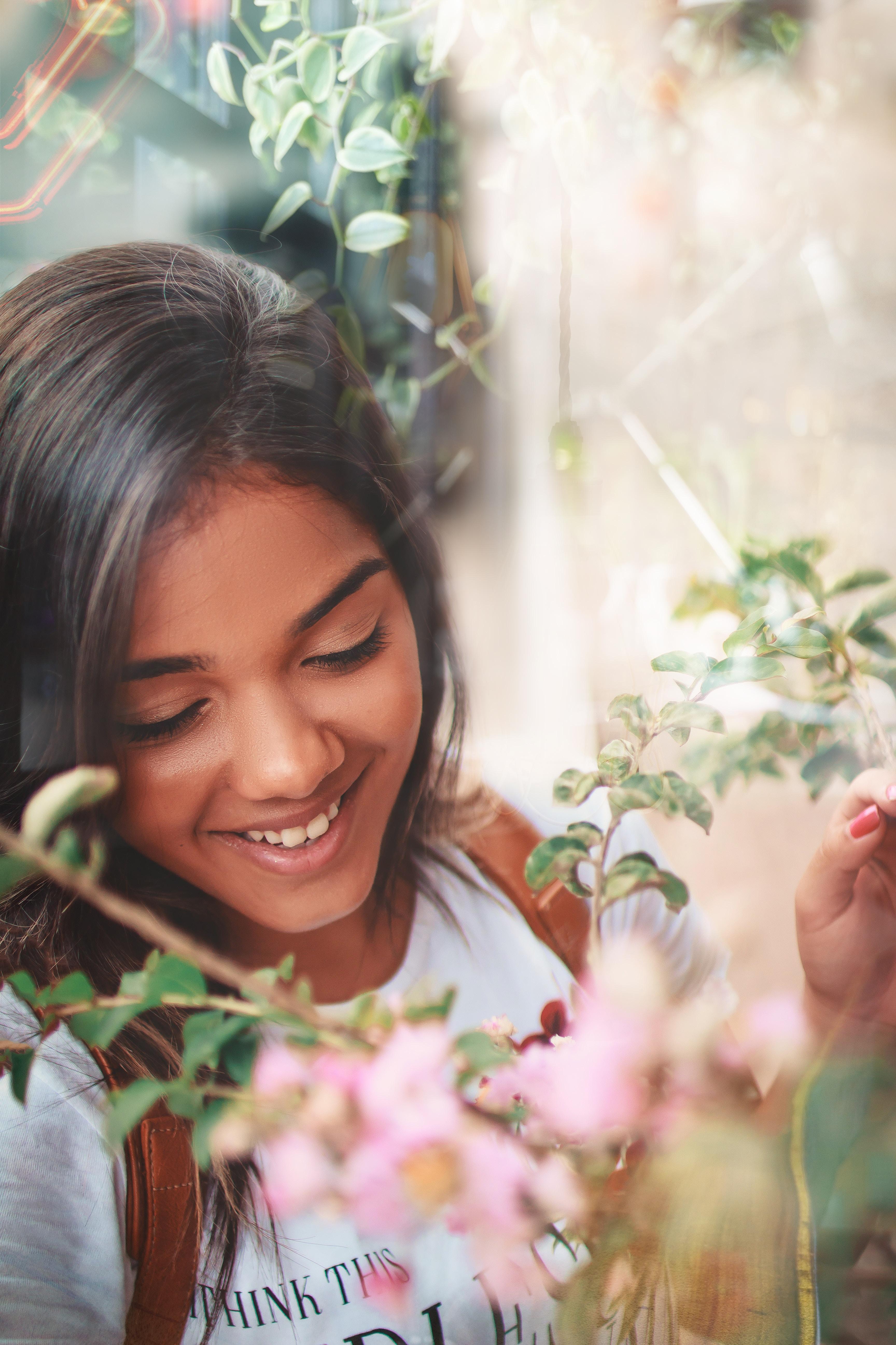 微笑む女性と花