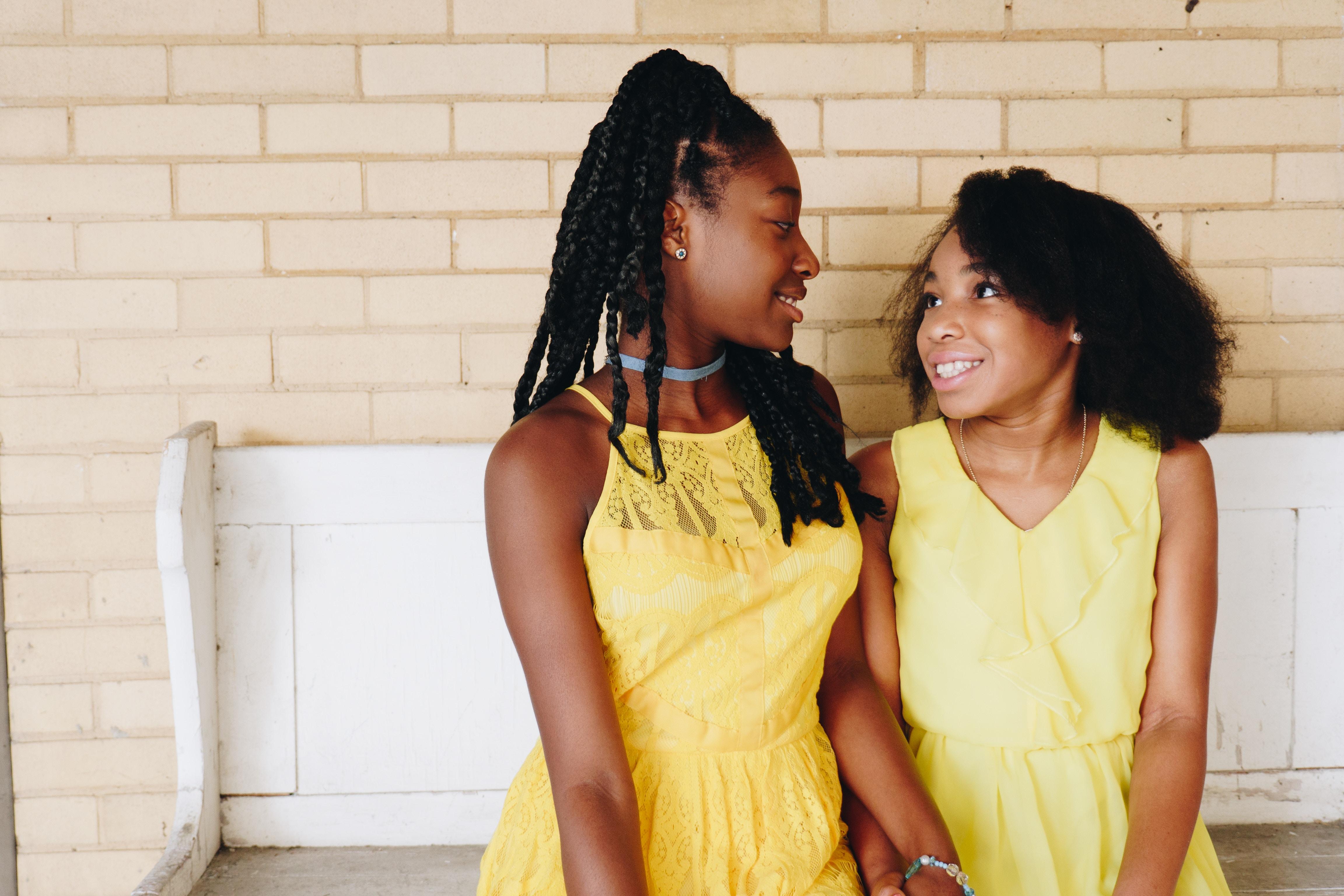 見つめ合う黒人の少女ふたり