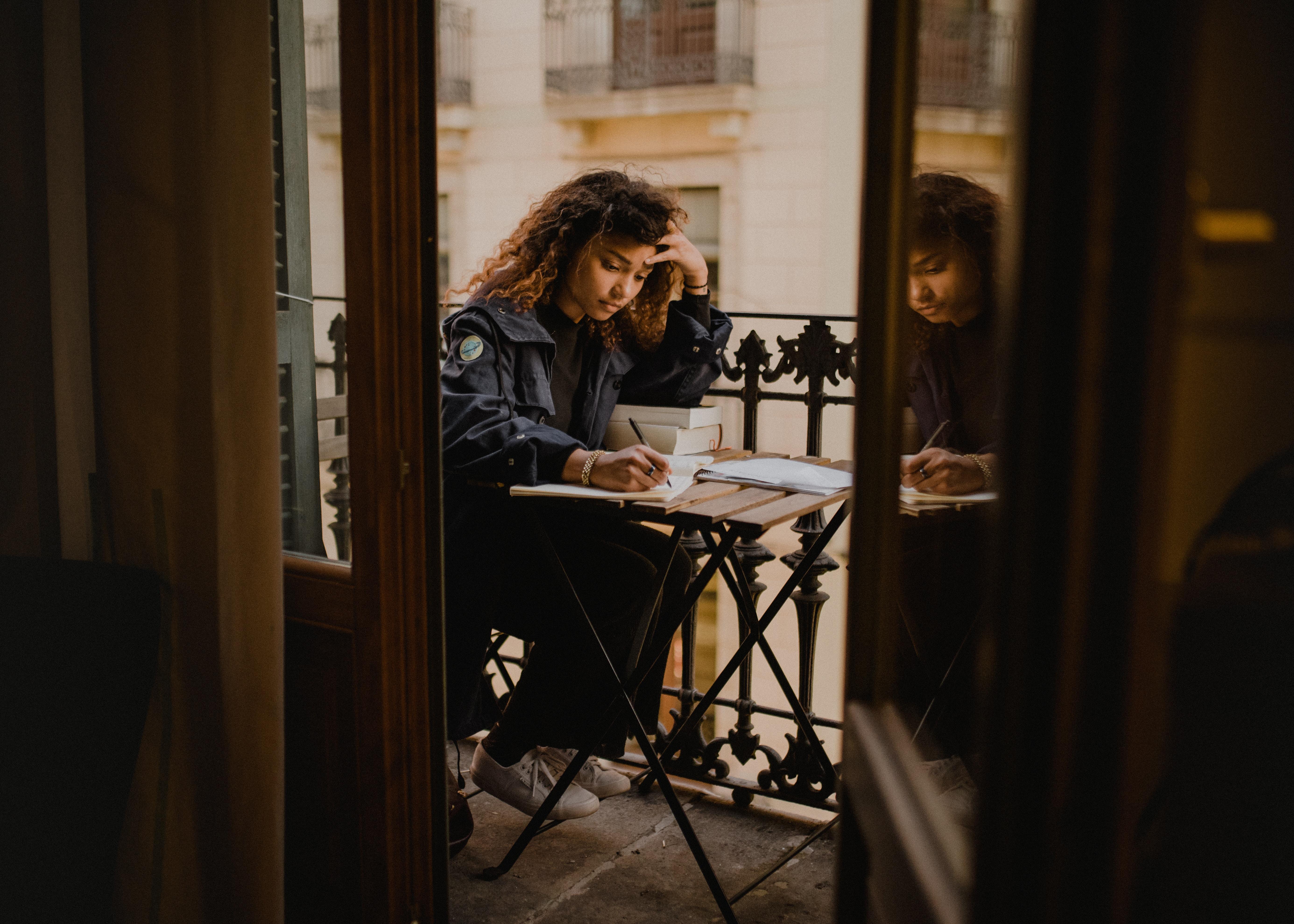 熱心に勉強する少女